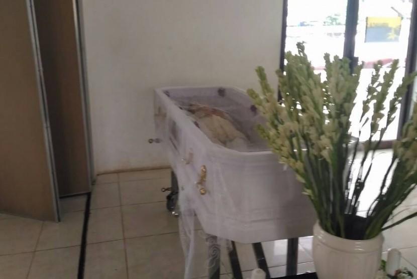Mendiang Yana Zein disemayamkan di Rumah Duka RS Fatmawati, Kamis (1/6). Yana meninggal akibat kanker.