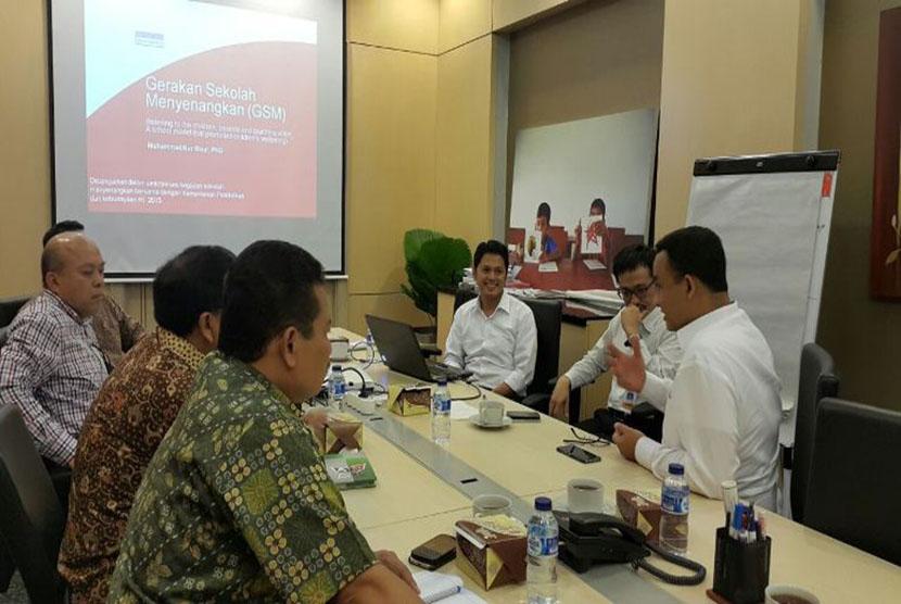 Mendikbud Anies Baswedan dan para direktur di Kemdikbud sedang berdiskusi dengan tim Gerakan Sekolah Menyenangkan (GSM).