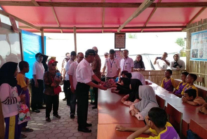 Mendikbud Muhadji Effendy mengunjungi sekolah tenda di Palu, Sabtu (17/11).