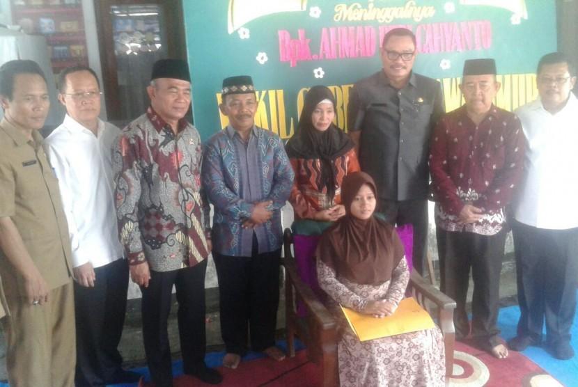 Mendikbud Muhadjir Effendy bersama istri almarhum Budi Cahyanto.