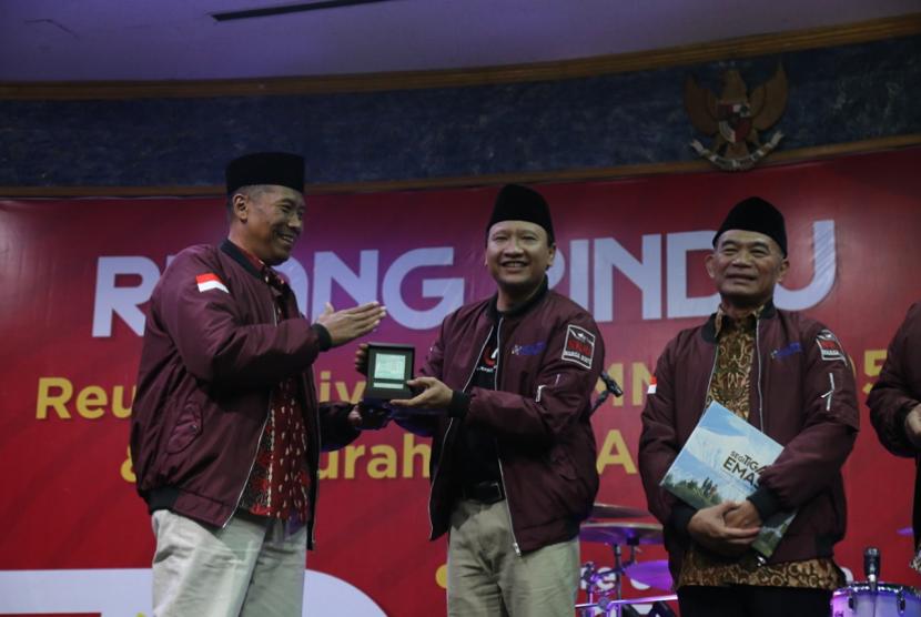 Mendikbud Muhadjir Effendy (kanan) dan Rektor Universitas Muhammadiyah Malang (UMM) Fauzan (kiri) saat menghadiri reuni Ikatan Alumni UMM yang mengangkat tema Ruang Rindu, Sabtu (27/7).