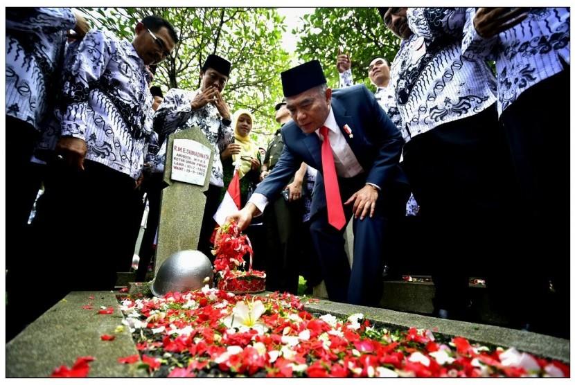 Mendikbud Muhadjir Effendy, melakukan tabur bunga di Taman Makam Pahlawan Kalibata dalam rangka memeringati Hari Guru, Rabu (23/11)