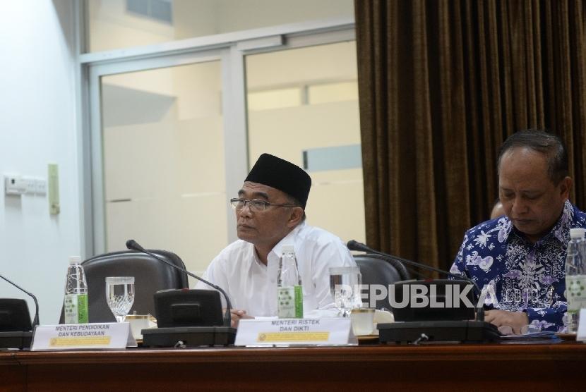 Mendikbud Muhajir Effendi (kiri) mengikuti rapat terbatas terkait ujian nasional (UN) di Kantor Kepresidenan, Jakarta, Senin (19/12).