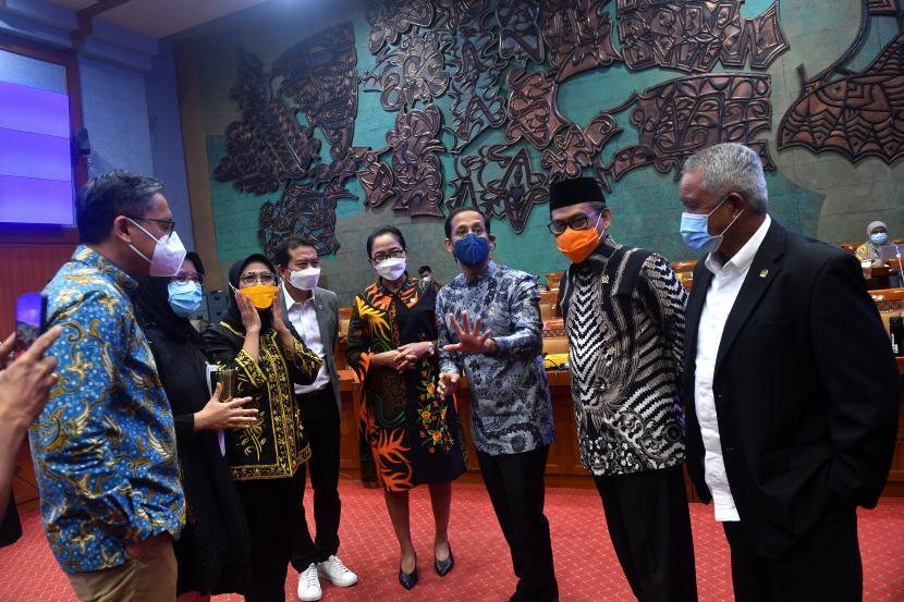 Mendikbud Nadiem Makarim (ketiga kanan) berbincang dengan sejumlah anggota Komisi X DPR seusai rapat kerja di Kompleks Parlemen, Senayan, Jakarta, Rabu (10/3/2021). Rapat kerja tersebut membahas laporan Panitia Kerja Peta Jalan Pendidikan