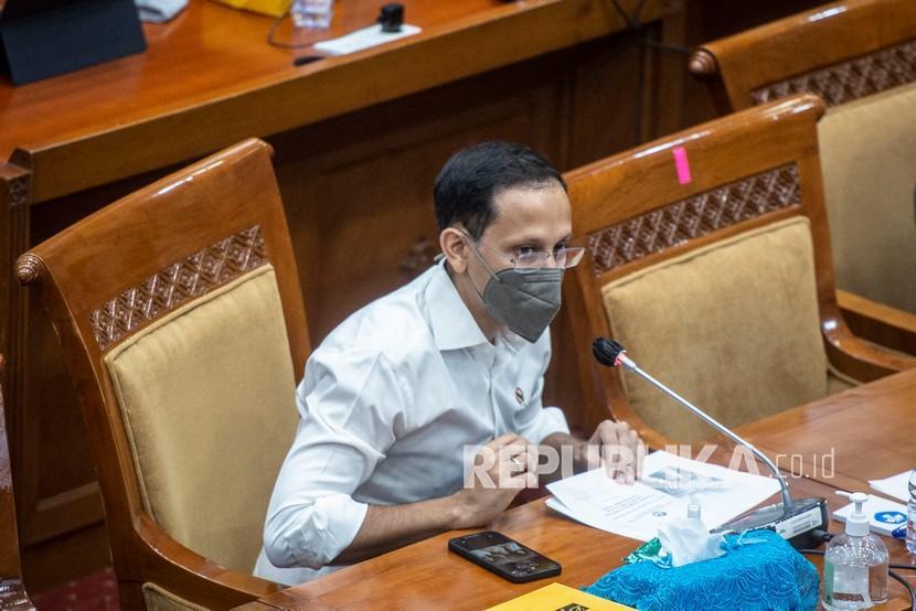 Mendikbudristek Nadiem Makarim mengikuti rapat kerja dengan Komisi X DPR di Kompleks Parlemen, Senayan, Jakarta, Selasa (15/6/2021). Rapat tersebut membahas Rencana Kerja Pemerintah Kementerian/Lembaga (RKP K/L) dan Rencana Kerja Anggaran Kementerian/Lembaga (RKA K/L) tahun 2022.