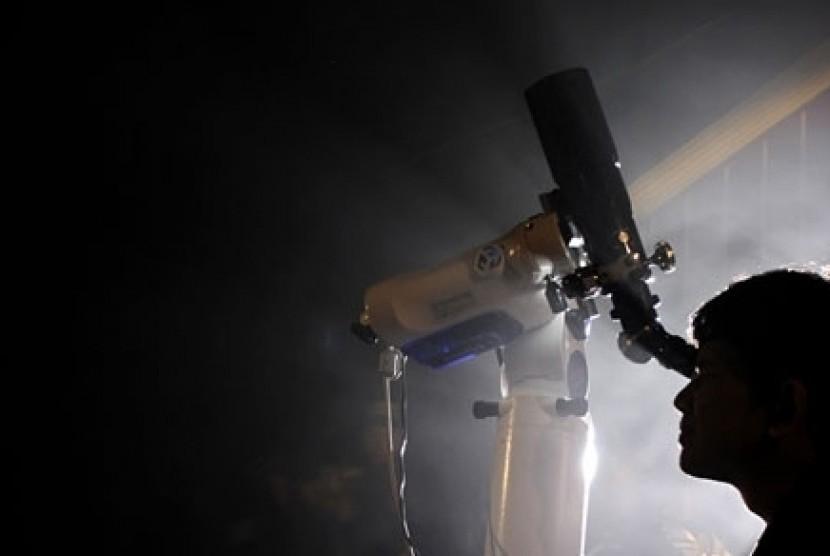 Meneropong bulan di planetarium