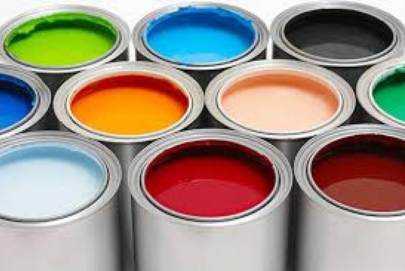 Pemilihan warna dinding yang cerah dan netral, seperti cream atau putih merupakan cara klasik yang sangat efektif guna membuat ruangan terbatas terkesan lebih luas, segar, dan terang.