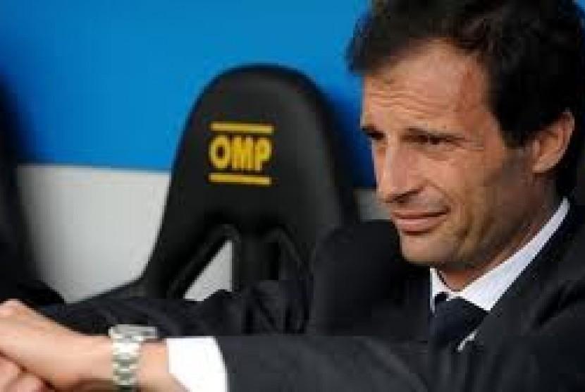 Mengeluh. Pelatih AC Milan, Massimiliano Allegri mengeluhkan kritikan media massa yang kerap dialamatkan kepada timnya.