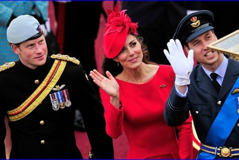 Mengenakan baju yang sama dua kali bukan hal tabu bagi Kate Middleton.