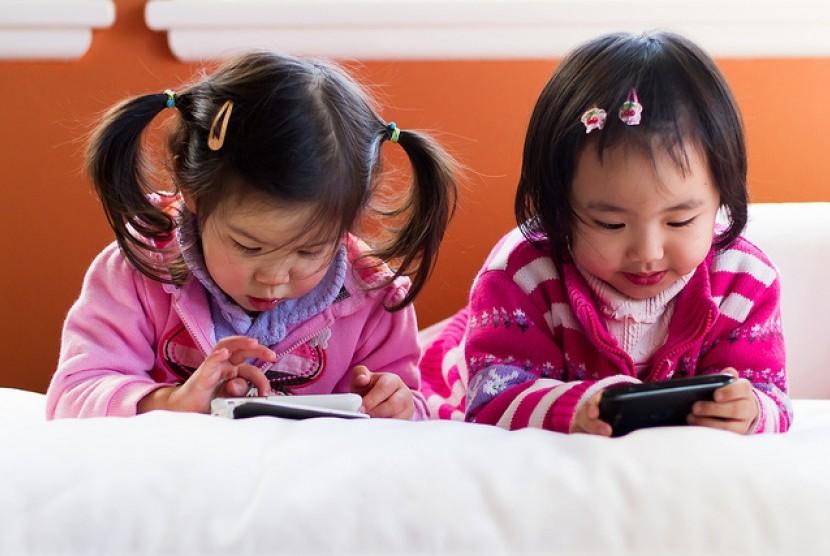 Mengenalkan gadget sebelum usia dua tahun akan mempengaruhi perkembangan anak. Semua aspek perkembangan anak, mulai dari fisik, bahasa, emosional, sosial, dan intelektual.