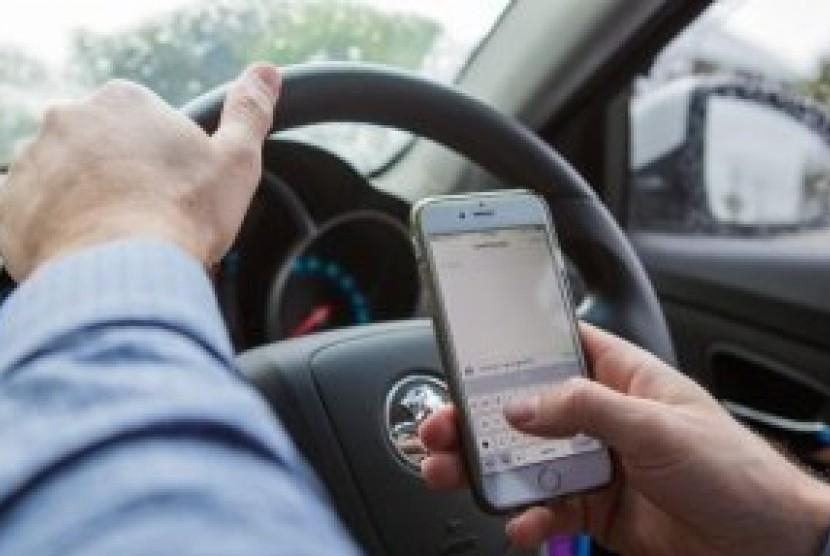 Menggunakan ponsel saat berkendara menjadi penyebab signifikan kecelakaan.