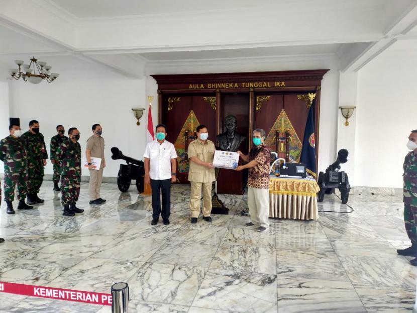 Menhan Prabowo Subianto bersama inisiator Vent-I Syarif Hidayat di kantor Kemenhan, Jakarta, Selasa (5/5).