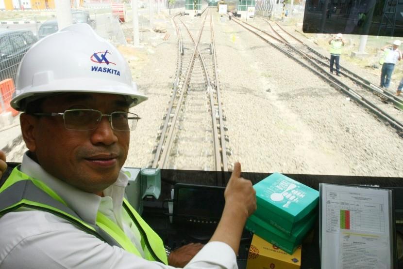 Menhub Budi Karya Sumadi melakukan uji coba track baru Kereta Api Bandara yang sudah selesai 100 persen dengan menaiki Kereta Inspeksi Wijaya Kusuma dari Stasiun Batuceper menuju Stasiun Kereta Bandara Soekarno Hatta, Tangerang, Banten, Kamis (23/11).