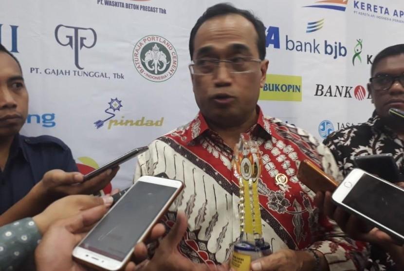 Menhub Budi Karya Sumadi memperoleh penghargaan Golden Award Malam Anugerah Olahraga SIWO PWI 2019 di Gedung Grahadi, Surabaya, Jumat (9/2).