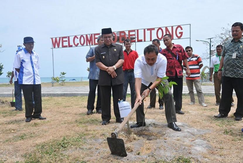 Menhut berkesempatan menanam pohon di Belitung dalam rangkaian acara 'Sambung Rasa Bagi Ilmu', Jumat (7/2).