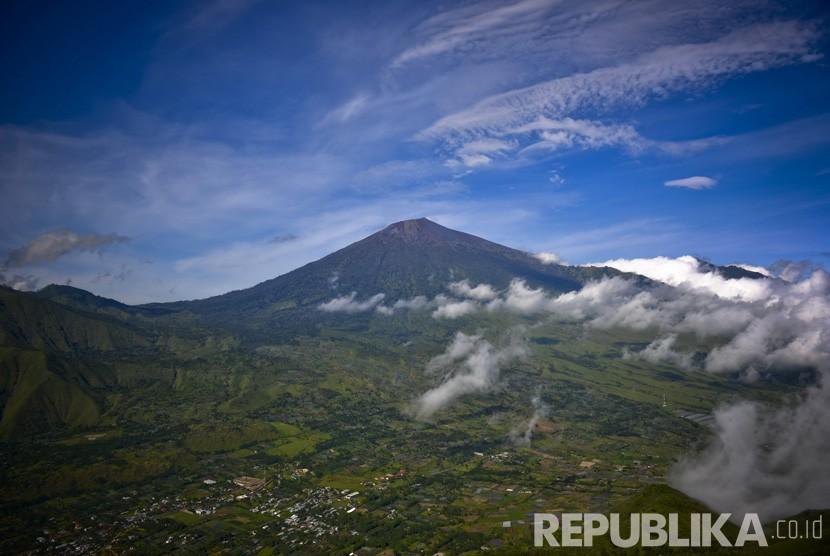Menikmati  Gunung Rinjani dari Bukit Pergasingan, Sembalun, Lombok.   (Republika/ Wihdan Hidayat)