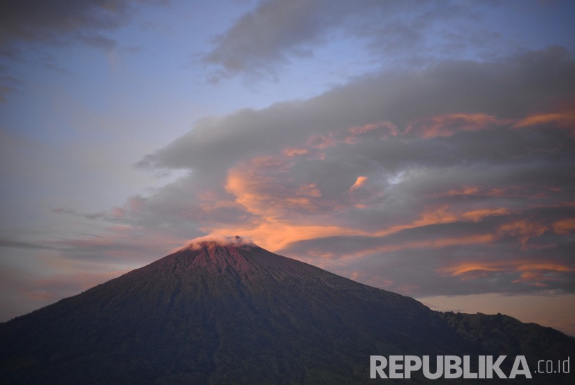Menikmati matahari terbit di Gunung Rinjani dari Bukit Pergasingan, Sembalun, Lombok.    (Republika/ Wihdan Hidayat)