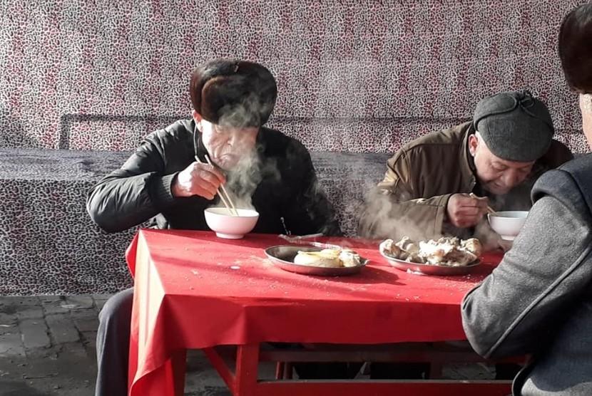 Menikmati semangkuk sup kepala kambing panas bersama para tetua Uighur di Sunday Market. Pasar yang masih eksis sejak periode Jalur Sutra.