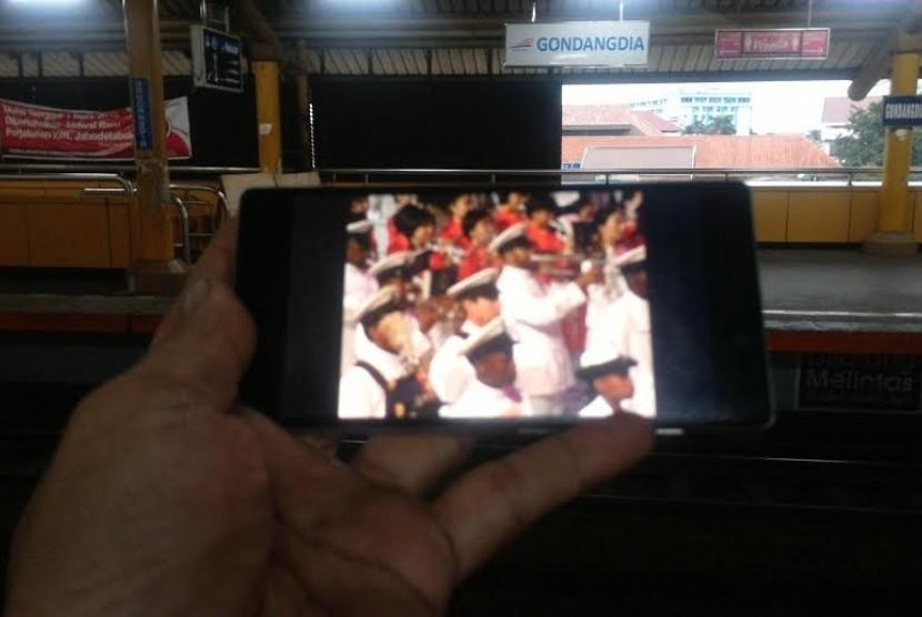 Menikmati youtube dengan LTE 4G XL di stasiun Gondangdia