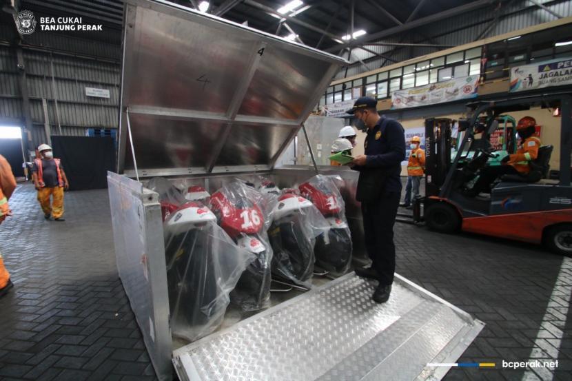 Menjelang pelaksanaan Idemitsu Asia Talent Cup (IATC) yang akan berlaga di Sirkuit Pertamina Mandalika, November 2021 mendatang, sejumlah 27 Superbike Honda NSF250R beserta atributnya tiba di Pelabuhan Tanjung Perak pada Kamis, 14 Oktober 2021.