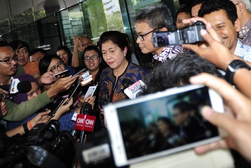 Menkes Nila F Moeleok (tengah) didampingi Plt Wakil Ketua KPK Johan Budi menaiki mobil usai menggelar pertemuan dengan pimpinan KPK di Gedung KPK Jakarta, Jumat (6/11).