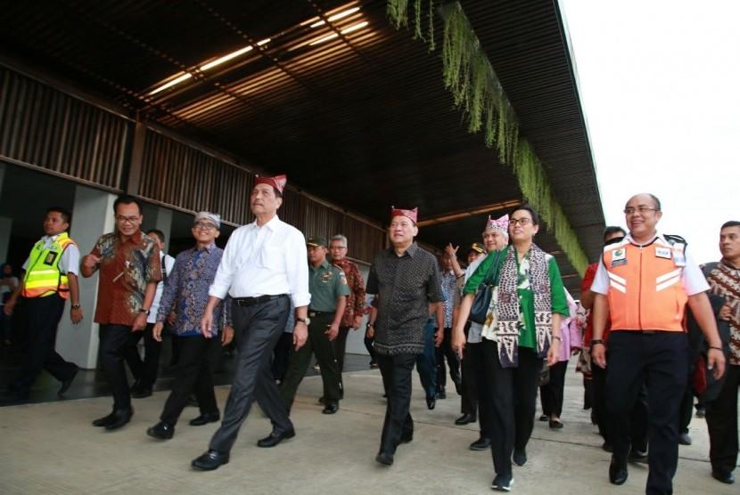 Menkeu Sri Mulyani Indrawati, Menteri Koordinator Kemaritiman Luhut Binsar Pandjaitan, dan Gubernur Bank Indonesia (BI) Agus Martowardojo mengunjungi Kabupaten Banyuwangi, Kamis (1/3), untuk meninjau kesiapan daerah tersebut dalam menyambut Annual Meeting IMF dan Bank Dunia di Bali, Oktober mendatang.