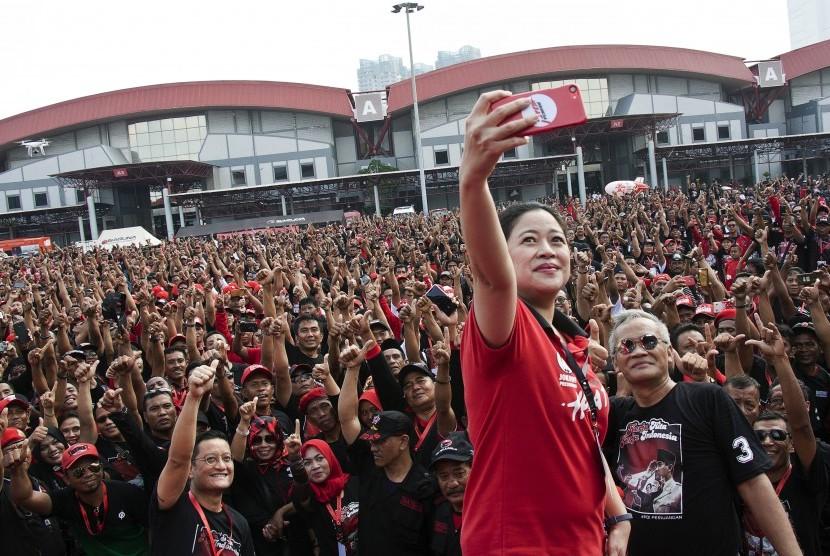 Ketua DPR yang juga Ketua Bidang Pemerintahan Pertahanan dan Keamanan DPP PDIP Puan Maharani (tengah) berfoto bersama sejumlah kader dan simpatisan PDI Perjuangan (PDIP) saat senam bersama memperingati HUT ke-46 PDIP di JIExpo Kemayoran, Jakarta, Jumat (11/1/2019).