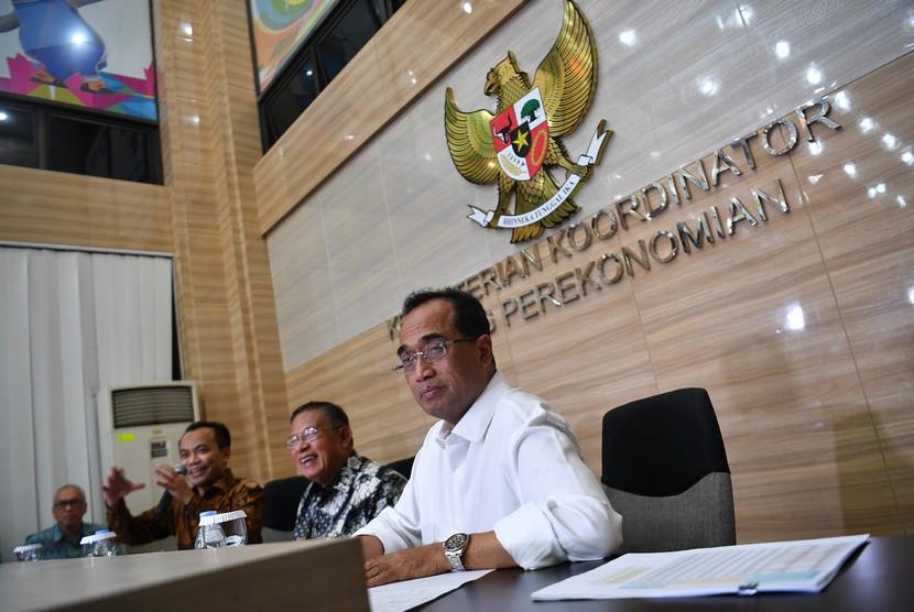 Menko Perekonomian Darmin Nasution (kedua kanan) didampingi Menteri Perhubungan Budi Karya Sumadi (kanan) dan Sesmenko Perekonomian Susiwijono Moegiarso (kedua kiri)memberikan keterangan pers tentang tarif batas atas tiket pesawat di kantor Kemenko Perekonomian, Jakarta, Senin (13/5/2019).