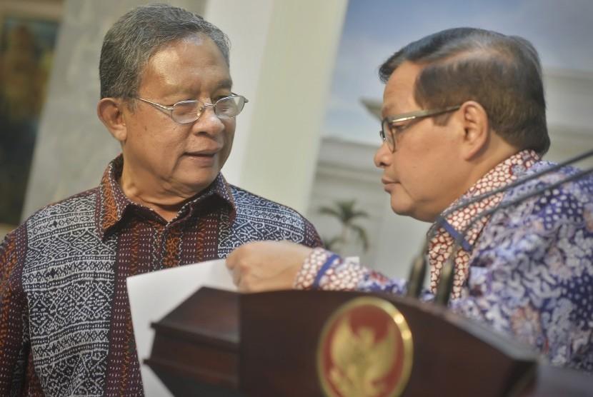 Menko Perekonomian Darmin Nasution (kiri) berdiskusi dengan Seskab Pramono Anung (kanan) saat memaparkan Paket kebijakan Ekonomi IX di Kantor Kepresidenan, Jakarta, Rabu (27/1).