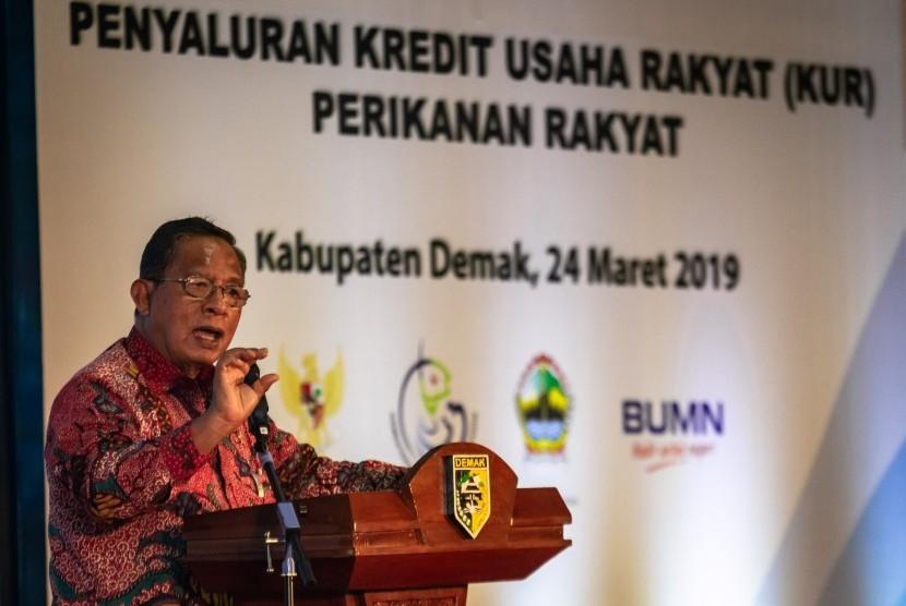 Menko Perekonomian Darmin Nasution memberikan sambutan saat acara Penyaluran Kredit Usaha Rakyat (KUR) Perikanan Rakyat di Pelabuhan Perikanan Pantai Morodemak, Demak, Jawa Tengah, Ahad (24/3/2019).
