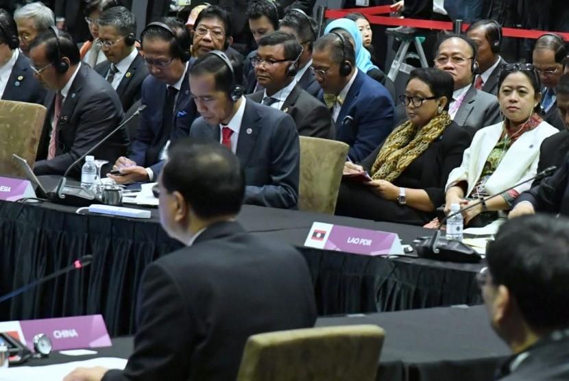Menko PMK, bersama beberapa Menteri lainnya, lanjut mendampingi Presiden RI pada Rangkaian pertemuan Konferensi Tingkat Tinggi ASEAN ke-33 di Suntec City Convention Centre, Singapura.