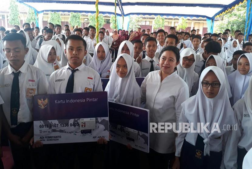 Menko PMK Puan Maharani berfoto bersama siswa usai memberikan Kartu Indonesia Pintar (KIP) di SMP N I Cawas Klaten pada Selasa (12/12).