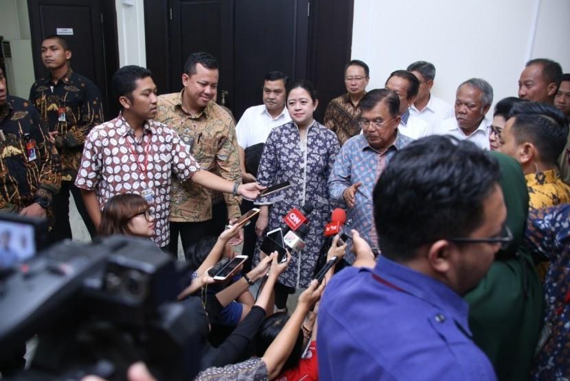 Menko PMK Puan Maharani bersama Wakil Presiden Jusuf Kalla.