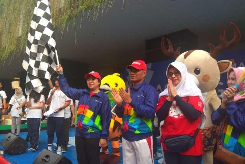 Menko PMK Puan Maharani (memegang bendera) didampingi Mendikbud Muhadjir Effendy melepas jalan santai Semarak Asian Games 2018, Sabtu (4/8) di lapangan Kemendikbud Jakarta. Ribuan pelajar SMP, SMA/SMK se-Jabotabek ikut ambil bagian dalam acara yang bertujuan sosialisasi Asian Games 2018 ini.