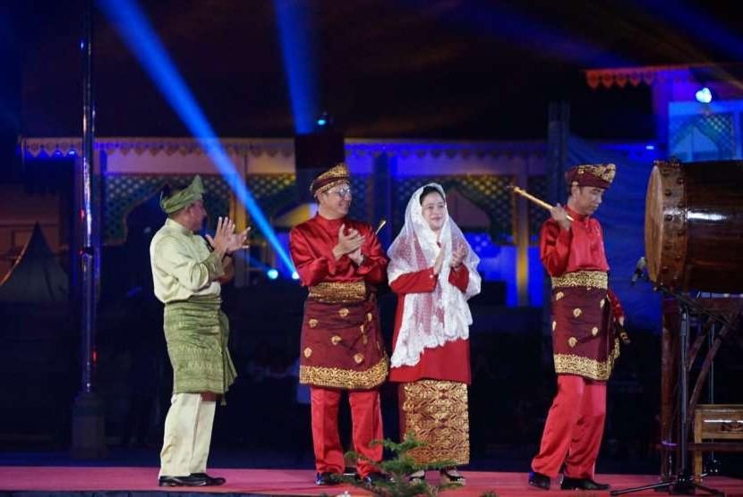 Menko PMK Puan Maharani mendampingi Presiden Joko Widodo membuka MTQ Nasional.