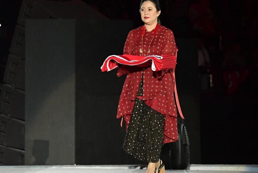 Menko PMK Puan Maharani menjadi petugas pembawa bendera saat upacara pembukaan Asian Para Games 2018.