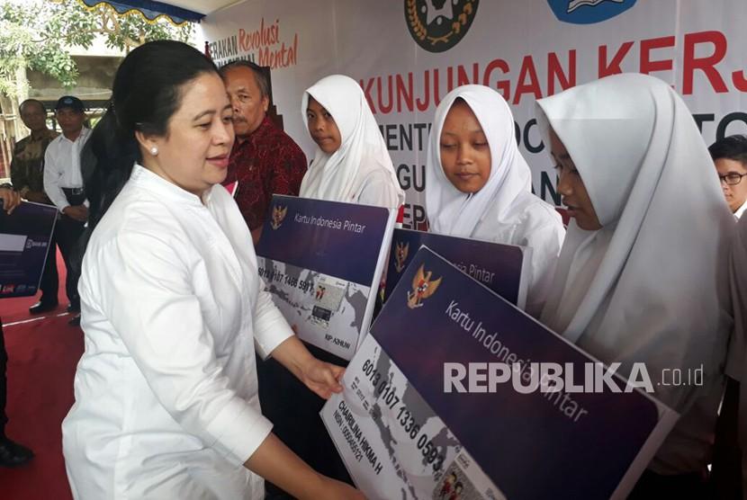 Menko PMK Puan Maharani secara simbolis menyerahkan Kartu Indonesia Pintar kepada perwakilan siswa dari empat sekolah negeri di Kabupaten Klaten pada Selasa (12/12).