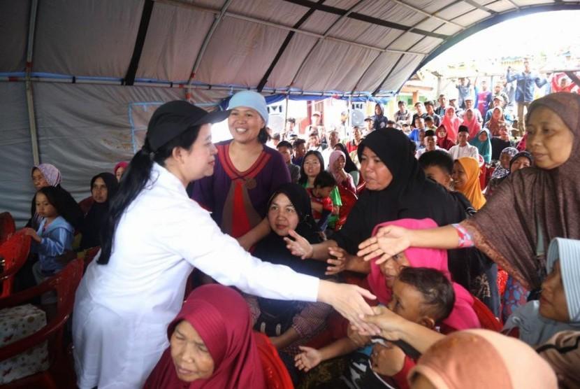 Menko PMK Puan Maharani, Selasa (25/12) pagi ini mengunjungi kawasan Rajabasa, Lampung Selatan untuk melihat secara langsung dampak tsunami Selat Sunda.