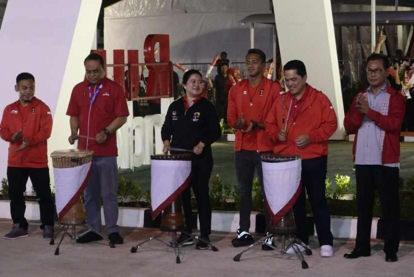 Menko PMK Puan Maharani (tengah) dalam peresmian Rumah Indonesia yang terletak di kawasan Rasuna Epicentrum, Kuningan, Jakarta Selatan, Senin (13/8) malam.