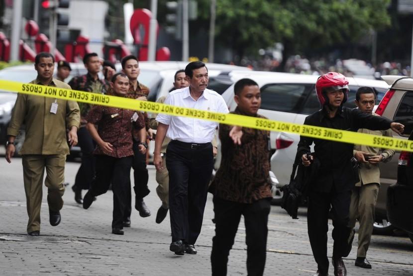Menko Polhukam Luhut Binsar Panjaitan (tengah) bergegas meninjau lokasi dari aksi teror di kawasan Sarinah, Jakarta, Kamis (14/1).