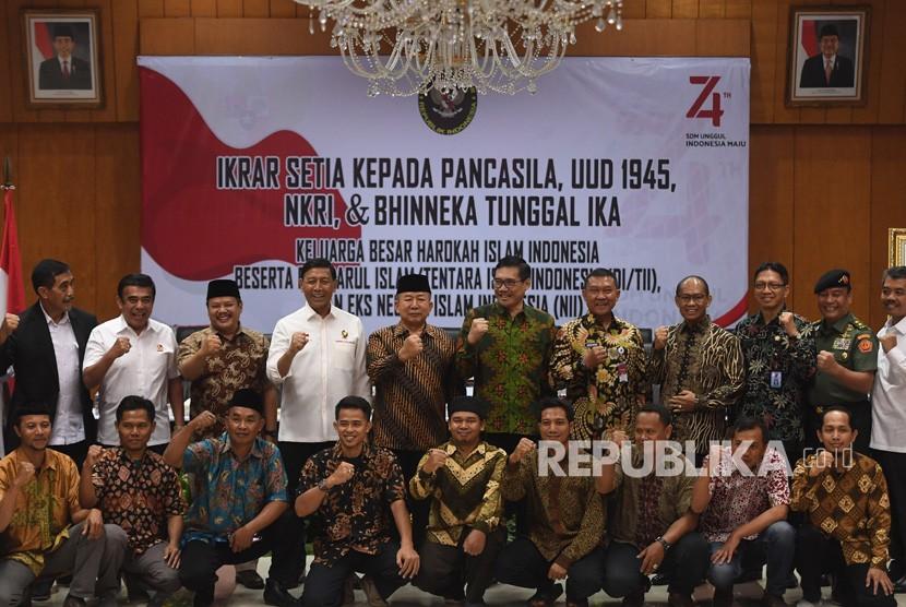 Menko Polhukam Wiranto (keempat kiri atas) berfoto bersama dengan perwakilan Keluarga Besar Harokah Islam Indonesia, mantan anggota Darul Islam/Tentara Islam Indonesia (DI/TII) dan mantan anggota Negara Islam Indonesia (NII) usai pembacaan ikrar setia kepada Pancasila, UUD 45, NKRI dan Bhineka Tunggal Ika di Jakarta, Selasa (13/08/2019).