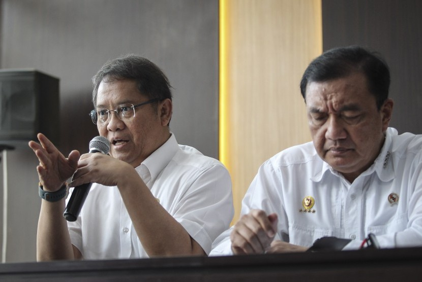 Menkominfo Rudiantara (kiri) dan Kepala BIN Budi Gunawan (kanan) menyampaikan perkembangan pascakerusuhan di Jakarta dini hari tadi, di kantor Kemenko Polhukam, Jakarta, Rabu (22/5/2019).