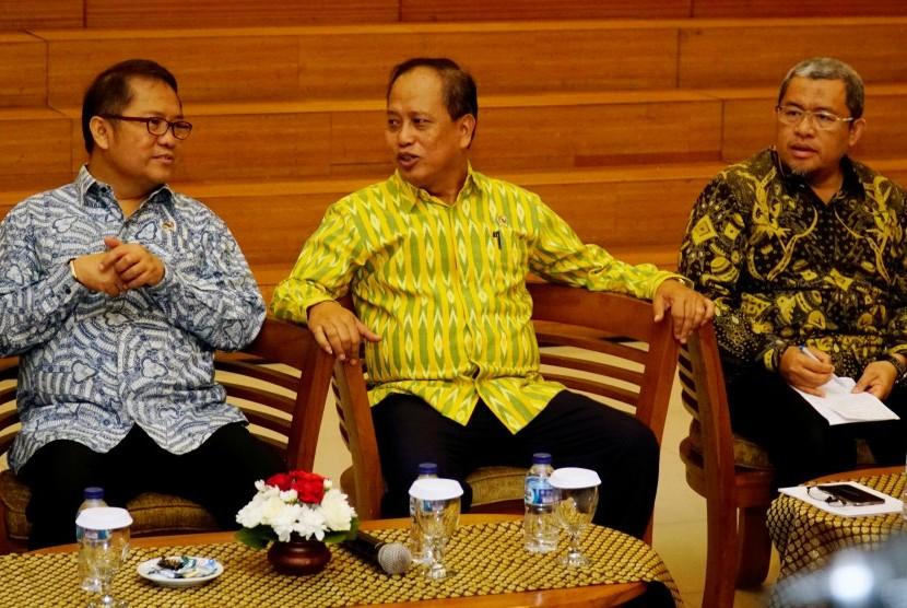 Menkominfo Rudiantara (kiri) Menristek Muhammad Nasir (tengah) dan Gubernur Jabar Ahmad Heryawan (kanan) mengikuti acara deklarasi antiradikalisme yang diselenggarakan di Universitas Padjadjaran Bandung, Jawa Barat, Jumat (14/7).