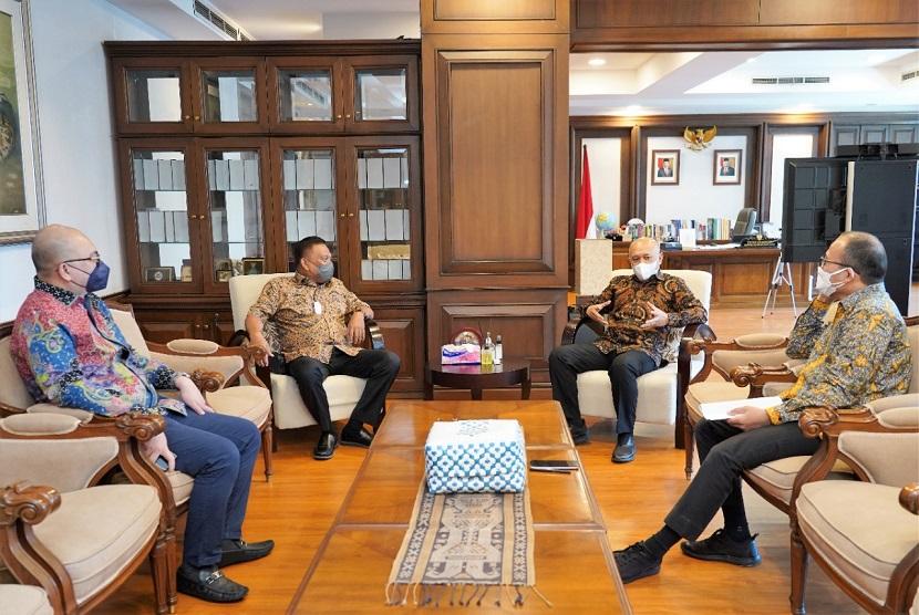 Menkop UMKM Teten Masduki saat menerima Gubernur Sulut Olly Dondokambey di ruang kerjanya, Kamis (16/9) di Jakarta. Keduanya berbincang membahas konsep pengembangan produk pertanian dan perikanan daerah berbasis koperasi dan UMKM.