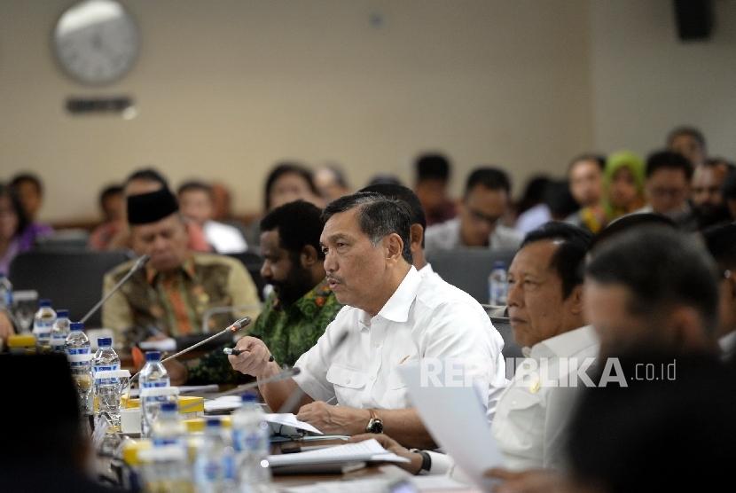 Menkopolhukam Luhut B Panjaitan bersama Kepala BIN Sutiyoso saat rapat kerja bersama Komite 1 DPD RI di Komplek Parlemen Senayan, Jakarta, Selasa (9/2).  (Republika/WIhdan)