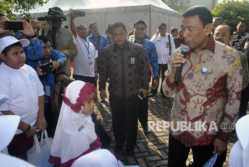 Menkopolhukam Wiranto (kanan) berbincang dengan siswa SD saat menghadiri peringatan Hari Anti Narkotika Internasional (HANI) 2018 di Balai Besar Rehabilitasi BNN, Lido, Kabupaten Bogor, Jawa Barat, Kamis (12/7).