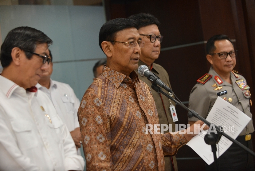 Coordinating Ministry of Politics, Legal and Security Affairs, Wiranto, (two from the left) said the government will dissolve Hizbut Tahrir Indonesia. He was accompanied byI interior MInister Tjahjo Kumolo, Legal and Human Rights Yasonna Laoly (kiri) and Chairman of National Police, Kapolri Tito Karnavian, Jakarta, Monday  (May 8).
