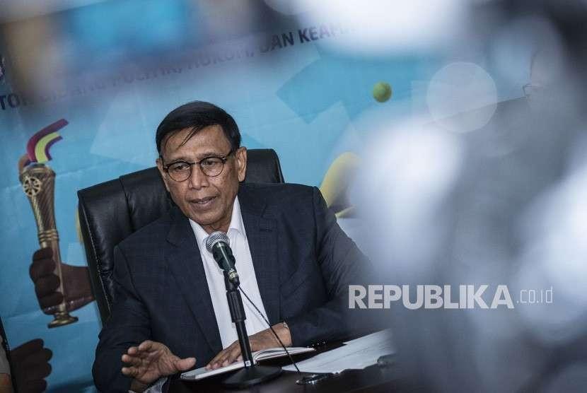 Menkopolhukam Wiranto memberi keterangan terkait perkembangan penanganan bencana alam gempa bumi dan tsunami yang melanda Palu dan Donggala, di Kantor Kemenkopolhukam, Jakarta, Senin (1/10).