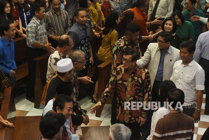 Menkumham Yasonna H Laoly (tengah) bersalaman dengan jemaat GKI Diponegoro serta umat lintas iman di sela-sela ibadah di GKI Diponegoro, Surabaya, Jawa Timur, Ahad (3/6).
