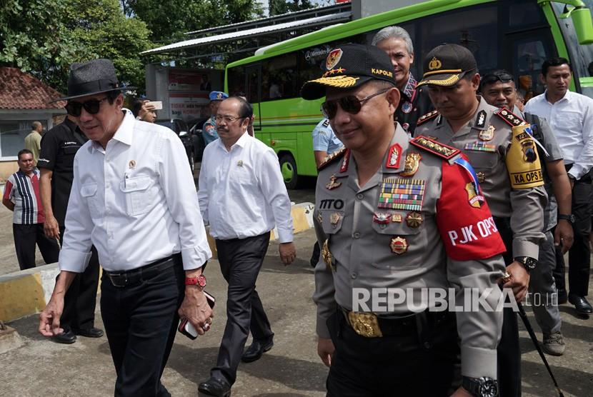 Menkumham Yasonna Laoly (kiri), bersama Kapolri Tito Karnavian (kanan), melakukan penyeberangan menuju Pulau Nusakambangan untuk meninjau Lapas High Risk, melalui dermaga penyeberangan Wijayapura, Cilacap, Jawa Tengah, Jumat (22/12).